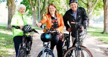 – Sykling gir en god helsegevinst, sier Astrid Nøklebye Heiberg. Her sammen med Hulda Tronstad og Arne Scheie. Foto: Stine Østby