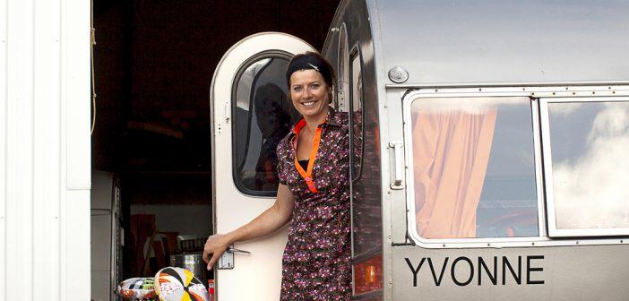 VERKSTED. Marianne Ingvardsen foran verkstedet sitt hvor de gamle vognene får nytt liv.