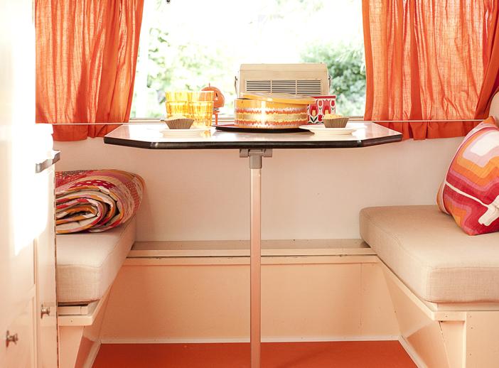 GYLDNE TONER. Vognens oransje farger gir stemningen ekstra sommervarme, fordi de gyldne tonene reflekteres i rommet.